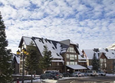 Fachada nevada Hotel Chalet Bassibe Baqueira Vall d'Arán