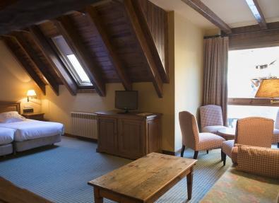 Habitación sala de estar con claraboya Hotel Chalet Bassibe Baqueira Vall d'Arán