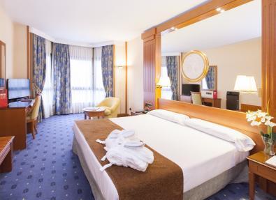 Habitación cama de matrimonio Hotel Los Bracos Logroño