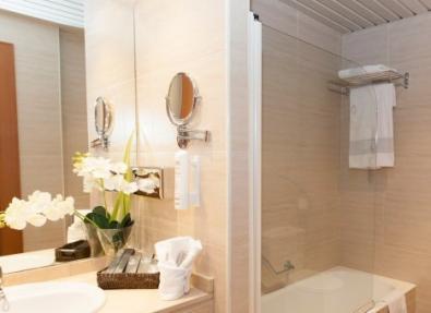 Baño habitación Hotel Los Bracos Logroño
