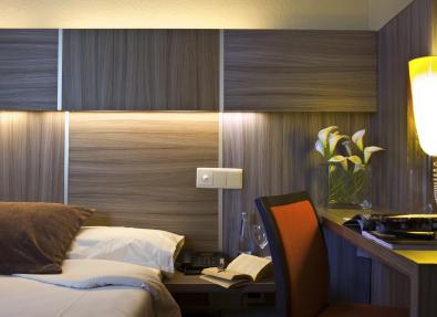 Detalle escritorio habitación doble dos camas Hotel Serrano Madrid