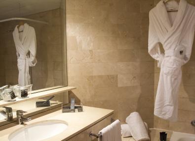 Baño habitación Hotel Viladomat Barcelona
